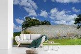 Fotobehang vinyl - De ruïnes van Groot-Zimbabwe in Afrika met blauwe lucht breedte 540 cm x hoogte 360 cm - Foto print op behang (in 7 formaten beschikbaar)