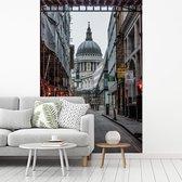 Fotobehang vinyl - Een steegje met uitzicht op St Paul's Cathedral in Londen breedte 260 cm x hoogte 400 cm - Foto print op behang (in 7 formaten beschikbaar)