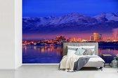 Fotobehang vinyl - Stad Anchorage vlak na zonsondergang in Amerika breedte 330 cm x hoogte 220 cm - Foto print op behang (in 7 formaten beschikbaar)
