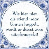 Delfts Blauwe Spreukentegel - Wie hier niet als vriend hier binnen huppelt, wordt ...