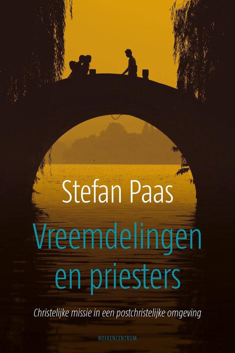 Vreemdelingen en priesters - Stefan Paas