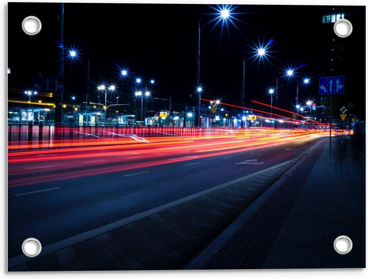 Tuinposter – Weg door Stad in de Nacht  - 40x30cm Foto op Tuinposter  (wanddecoratie voor buiten en binnen)