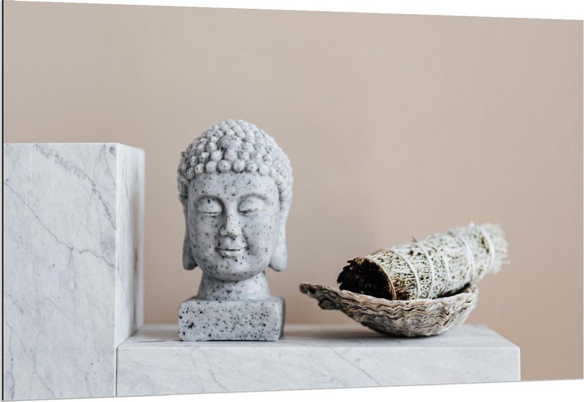 Dibond - Grijze Boeddha op Marmer Blok - 150x100cm Foto op Aluminium (Met Ophangsysteem)
