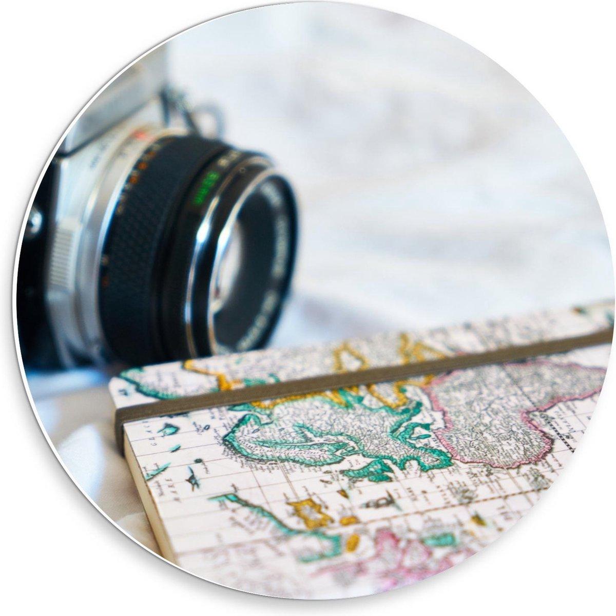 Forex Wandcirkel - Camera bij Wereldkaart - 30x30cm Foto op Wandcirkel (met ophangsysteem)