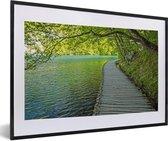 Foto in lijst - Weg langs het water bij het Nationaal park Plitvicemeren fotolijst zwart met witte passe-partout 60x40 cm - Poster in lijst (Wanddecoratie woonkamer / slaapkamer)