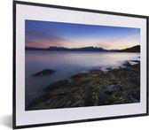 Poster met lijst Nationaal park Tierra del Fuego - Fantastische zonsondergang bij het water van Nationaal park Tierra del Fuego fotolijst zwart met witte passe-partout - fotolijst zwart - 40x30 cm - Poster met lijst