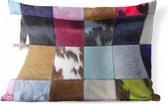 Sierkussen Koe print voor buiten - Een kleurrijk en geruit tapijt met onder andere een koeienhuid - 50x30 cm - rechthoekig weerbestendig tuinkussen / tuinmeubelkussen van polyester