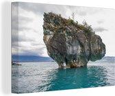 Rotsformatie op het blauwe water bij de Marble Caves Canvas 60x40 cm - Foto print op Canvas schilderij (Wanddecoratie woonkamer / slaapkamer)