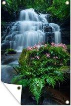 Tuinposter - Een waterval tussen de dichtbegroeide natuur van het nationaal park Phu Hin Rong Kla - 80x120 cm