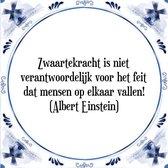 Tegeltje met Spreuk (Tegeltjeswijsheid): Zwaartekracht is niet verantwoordelijk voor het feit dat mensen op elkaar vallen! (Albert Einstein) + Kado verpakking & Plakhanger