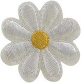 Klein Wit Bloemetje Met Geel Hartje Strijk Embleem Patch 4,3 x 4,3 cm