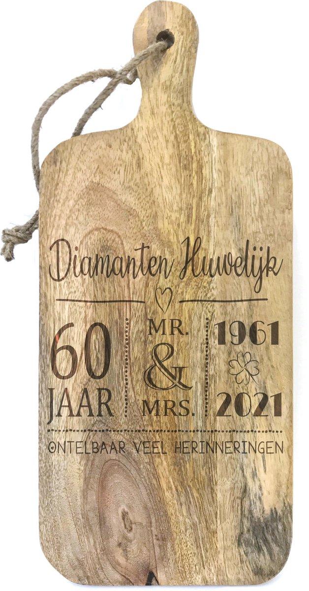 Stoer landelijk snijplankje-hapjesplankje met tekst gravure DIAMANTEN HUWELIJK. Cadeau-60 jarige bruiloft-60 jarige trouwdag. Het formaat is 15x34cm incl. handvat en 15x27cm excl. handvat