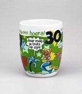 Verjaardag - Cartoon Mok - Hoera 30 jaar - Gevuld met een dropmix - In cadeauverpakking met gekleurd lint