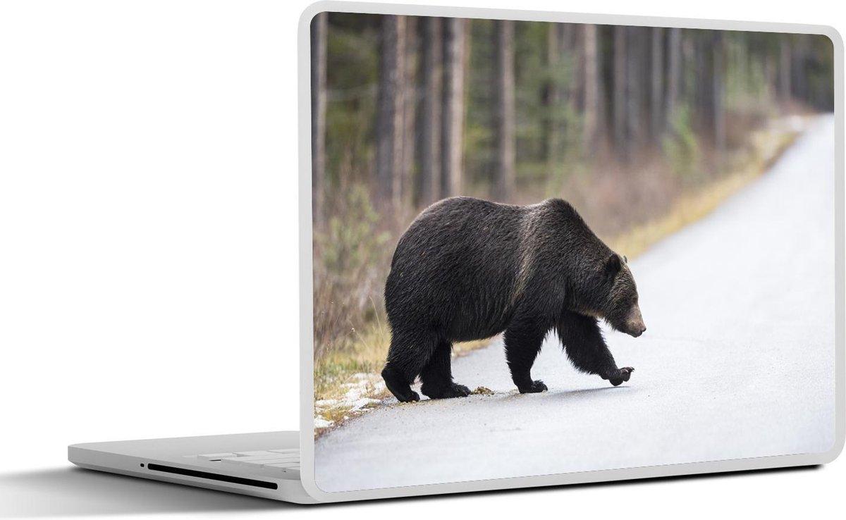 Laptop sticker - 13.3 inch - Een mannelijke grizzlybeer loopt over een weg