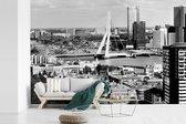 Fotobehang vinyl - Zwart wit skyline van Rotterdam met de Erasmusbrug breedte 420 cm x hoogte 280 cm - Foto print op behang (in 7 formaten beschikbaar)