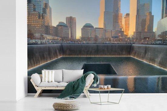 Fotobehang vinyl - Zonsondergang boven het September 11 Memorial in New York breedte 330 cm x hoogte 220 cm - Foto print op behang (in 7 formaten beschikbaar)
