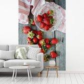 Verse aardbeien op een picknicktafel fotobehang vinyl 215x320 cm - Foto print op behang