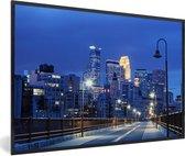 Foto in lijst - Het verlichte centrum van Minneapolis in de Verenigde Staten in de nacht fotolijst zwart 60x40 cm - Poster in lijst (Wanddecoratie woonkamer / slaapkamer)
