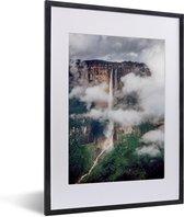 Foto in lijst - Wolken omringen het landschap van het Nationaal park Canaima fotolijst zwart met witte passe-partout klein 30x40 cm - Poster in lijst (Wanddecoratie woonkamer / slaapkamer)