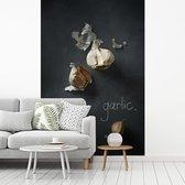 Knoflook op een schoolbord met tekst fotobehang vinyl breedte 215 cm x hoogte 320 cm - Foto print op behang (in 7 formaten beschikbaar)