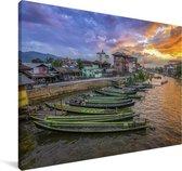 Boten langs de kust van het Birmaanse Inlemeer in Myanmar Canvas 90x60 cm - Foto print op Canvas schilderij (Wanddecoratie woonkamer / slaapkamer)
