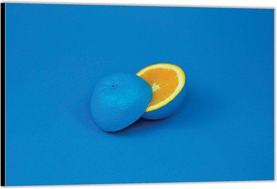 Dibond – Blauwe Sinasappel door de Helft– 120x80 Foto op Aluminium (Wanddecoratie van metaal)