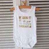 Baby Rompertje met tekst zwangerschap aankondiging - announcement Ik ben dit jaar het mooiste cadeautje     mouwloos l   wit goud   maat 50-56   cadeau papa mama oom tante opa oma