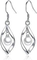 421 - 925 zilveren gedraaide oorbellen met parel - Zilveren oorhangers met klein pareltje - Eyecatcher