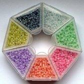 Nellie Snellen rocailles glaskraaltjes - 2mm -7 kleuren zwart/wit/roze/paars/groen/geel/rood kleine kraaltjes doosje-1