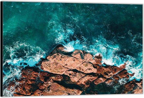 Dibond –Helderblauwe Zee bij de Rotsen– 90x60 Foto op Aluminium (Wanddecoratie van metaal)