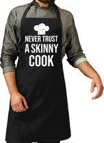 Never trust a skinny cook cadeau bbq / keuken schort zwart voor heren - L 86 x B 72 cm  - Zwart