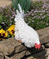 Zittend Kip beeld wit 24cm kippen tuinbeeld op rand - Kip decoratie| GerichteKeuze