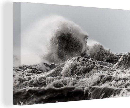De hoge golven tijdens een storm canvas 60x40 cm - Foto print op Canvas schilderij (Wanddecoratie woonkamer / slaapkamer) / Natuurrampen Canvas Schilderijen