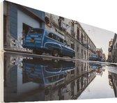 Cuba op hout - 60x40 - Vintage auto's weerspiegeld in plassen op in een straat Cuba Vurenhout met planken - foto/schilderij op hout