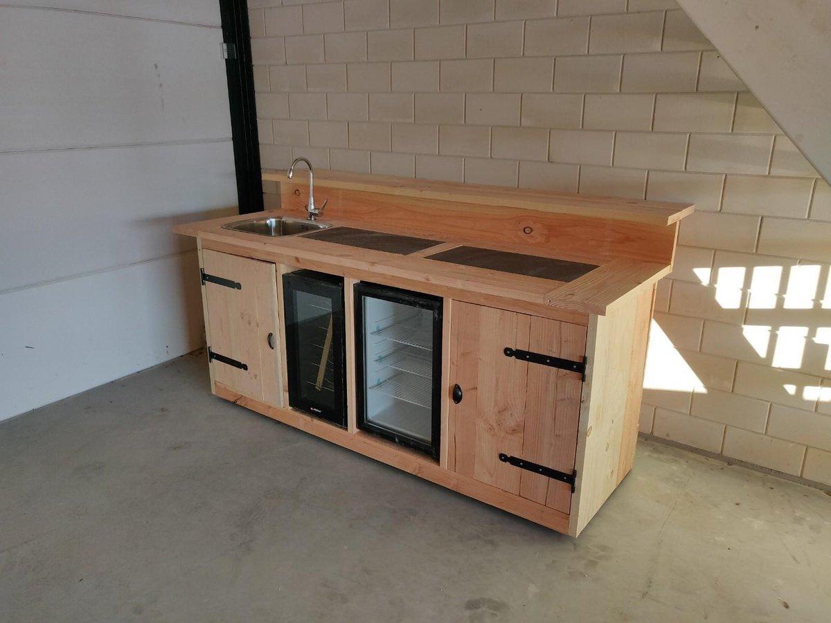 """Buitenkeuken """"Braga"""" Buitenkeukendeal.nl Douglashout BBQ ombouw Koelkast 68 Liter Wijnkoeking 18 flessen Keramische tegel Wasbak Kraan Combinatie"""