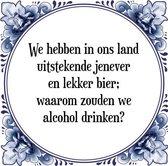 Tegeltje met Spreuk (Tegeltjeswijsheid): We hebben in ons land uitstekende jenever en lekker bier; waarom zouden we alcohol drinken? + Kado verpakking & Plakhanger