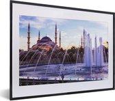 Foto in lijst - Mooie fontein en Moskee in Istanbul fotolijst zwart met witte passe-partout klein 40x30 cm - Poster in lijst (Wanddecoratie woonkamer / slaapkamer)