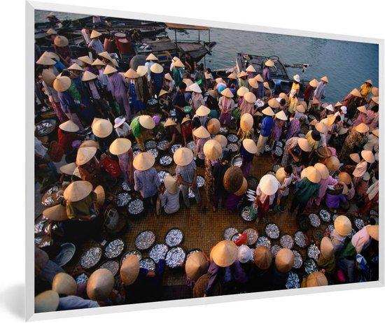 Foto in lijst - Vismarkt bij Hoi An in Vietnam fotolijst wit 60x40 cm - Poster in lijst (Wanddecoratie woonkamer / slaapkamer)