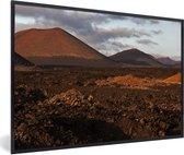 Foto in lijst - Avondlicht valt op het Spaanse Nationaal park Timanfaya fotolijst zwart 60x40 cm - Poster in lijst (Wanddecoratie woonkamer / slaapkamer)