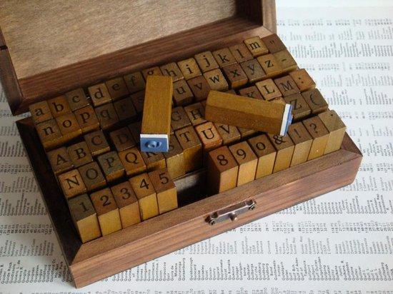 Afbeelding van Stempelset Alfabet, Kleine/Hoofdletters, Cijfers en Symbolen - 70 delig Houten stempels speelgoed