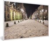Foto in lijst - De Royal Mile verlicht in de nacht in Edinburgh fotolijst wit 60x40 cm - Poster in lijst (Wanddecoratie woonkamer / slaapkamer)