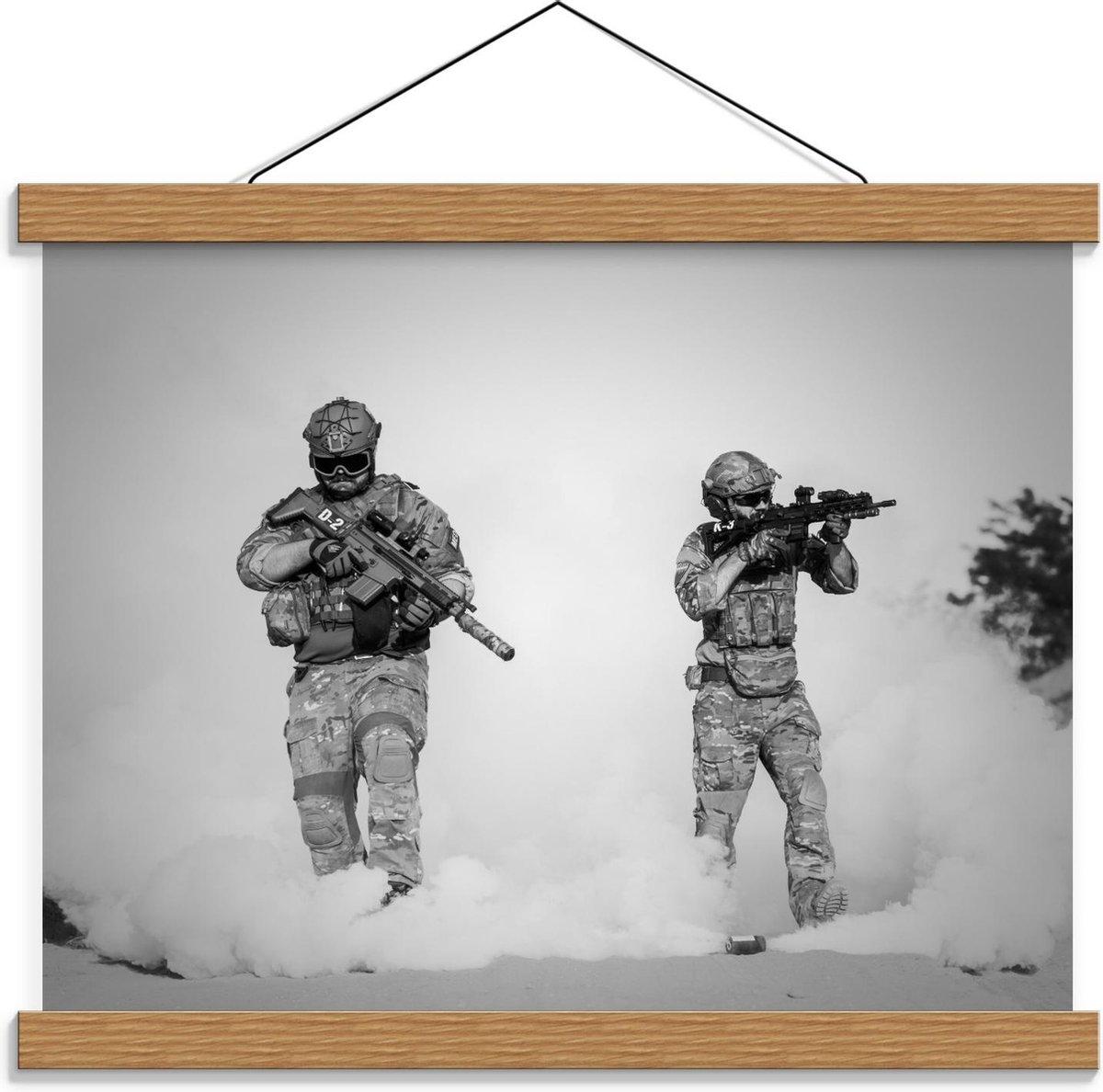 Schoolplaat – Soldaten in Stofwolk (zwart/wit) - 40x30cm Foto op Textielposter (Wanddecoratie op Schoolplaat)