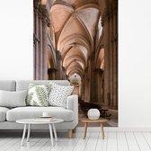 Fotobehang Gotiek -  gotische gang van  kathedraal fotobehang vinyl breedte 175 cm x hoogte 260 cm - Foto print op vinyl behang (in 7 formaten beschikbaar) - slaapkamer/woonkamer/kantoor