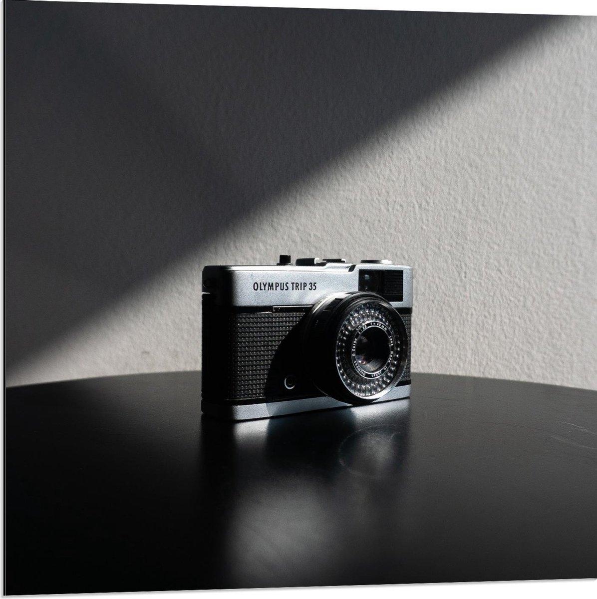 Dibond - Fotocamera op Tafel (Zwart/wit) - 80x80cm Foto op Aluminium (Met Ophangsysteem)
