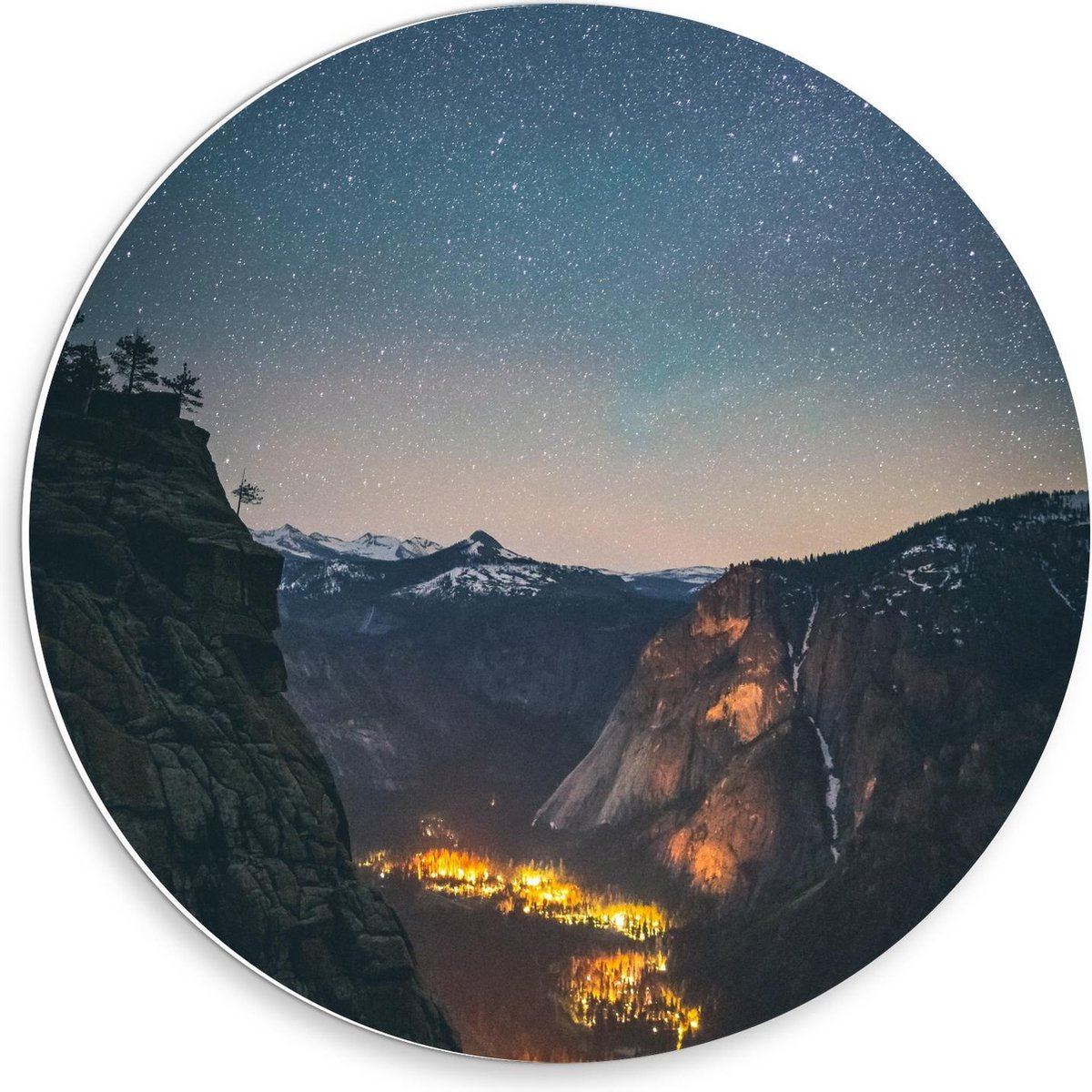Forex Wandcirkel - Dal tussen Bergen met Lichtjes - 30x30cm Foto op Wandcirkel (met ophangsysteem)