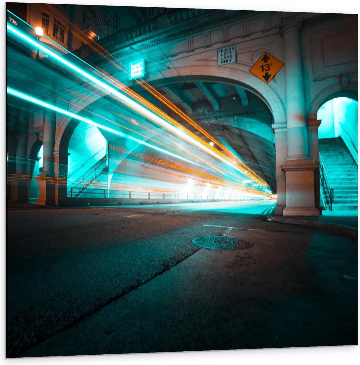 Dibond - Lichtstralen door Tunnel - 100x100cm Foto op Aluminium (Met Ophangsysteem)