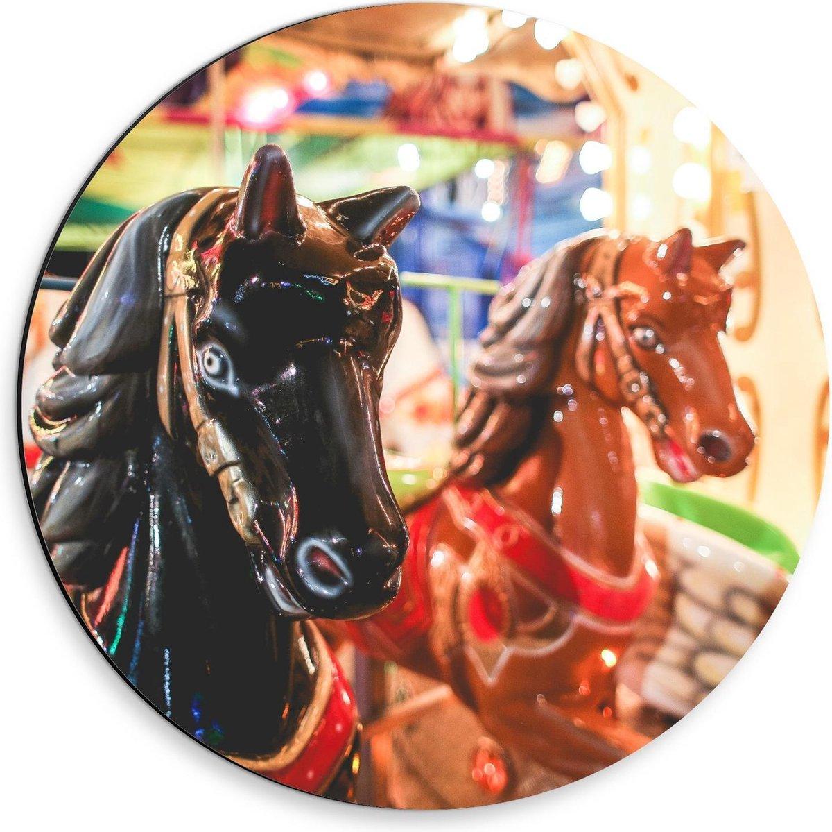 Dibond Wandcirkel - Zwart en Bruin Paard in Draaimolen - 30x30cm Foto op Aluminium Wandcirkel (met ophangsysteem)