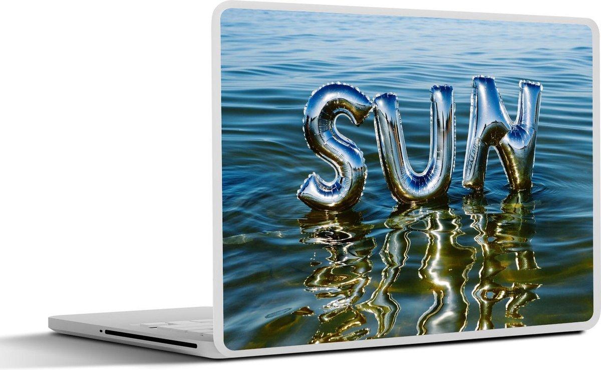 Laptop sticker - 10.1 inch - Het woord 'zon' weerspiegelt in het oceaanwater