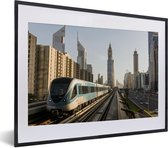 Foto in lijst - Een trein in de stad Dubai fotolijst zwart met witte passe-partout klein 40x30 cm - Poster in lijst (Wanddecoratie woonkamer / slaapkamer)