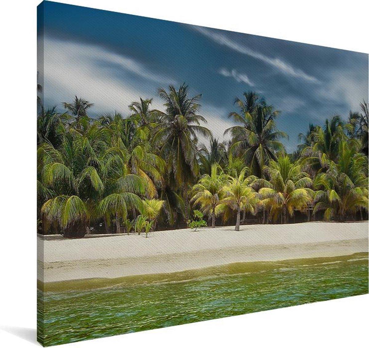 Een zandstrand vol met palmbomen op Baai-eilanden in Noord-Amerika Canvas 180x120 cm - Foto print op Canvas schilderij (Wanddecoratie woonkamer / slaapkamer) XXL / Groot formaat!